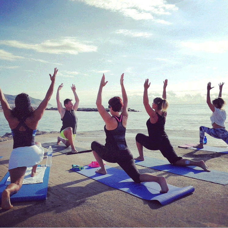 Groupe-Yoga-plage-Sitges-